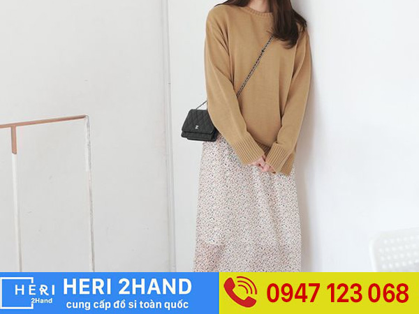 Phối áo hoodie với chân váy midi
